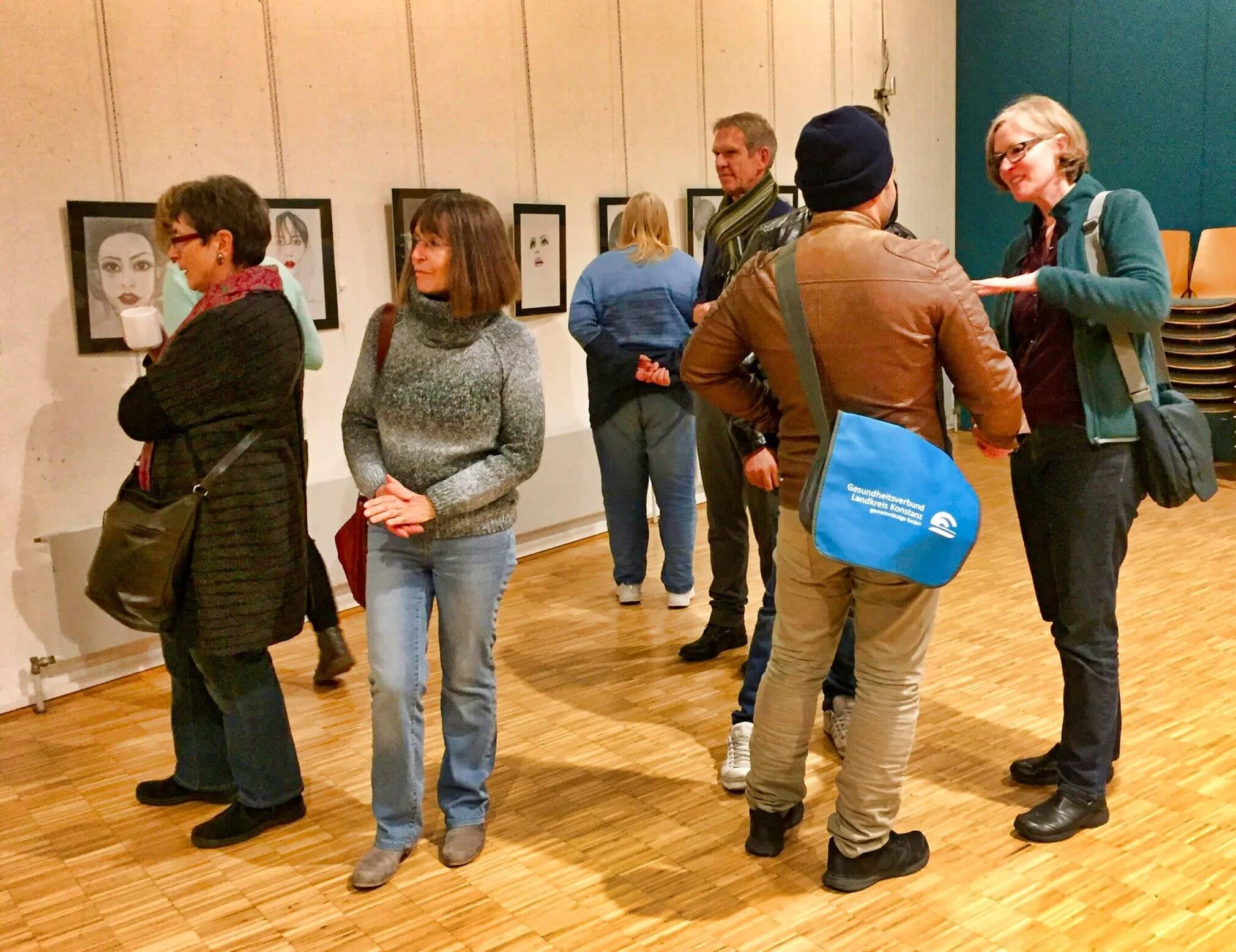 """BesucherInnen der Vernissage zur Ausstellung """"Gesichter der Welt"""" im Save me Treff am 20.11.2017"""