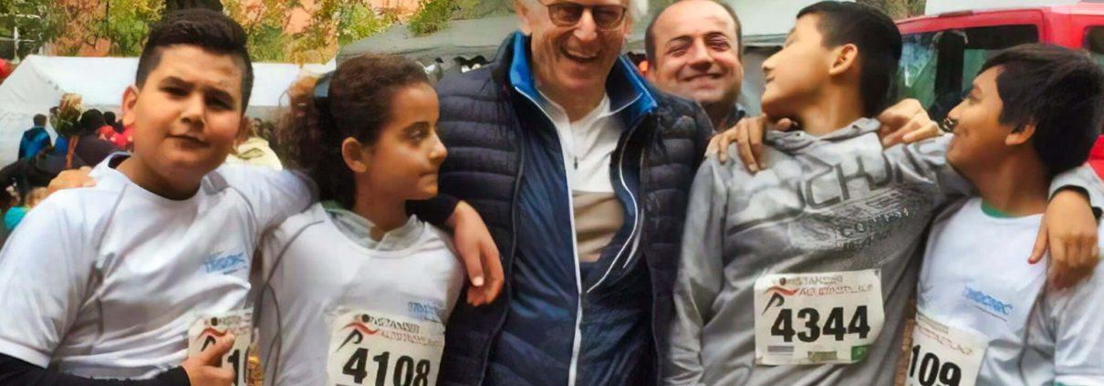 Geflüchtete TeilnehmerInnen des Altstadtlaufs 2017 mit Friedhelm Großmann, dem Save me Ansprechpartner für Integration durch Sport