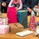 Geflüchtete Kinder mit den Geschenken, die SchülerInnen der Wessenberg-Schule im Vorfeld des Save me Treffs vorbereitet haben