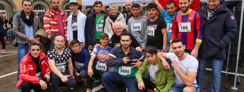 Geflüchtete Teilnehmer des Altstadtlaufs 2015 in Konstanz gemeinsam mit ehrenamtlichen UnterstützerInnen von Save me Konstanz e.V.