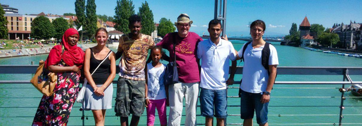 Geflüchtete und ehrenamtliche Vertreter von Save me Konstanz e.V. im Sommer 2015 auf der Fahrradbrücke bei einer von Save me angebotenen Stadtführung