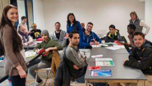 Geflüchtete Teilnehmer eines von Save me Konstanz e.V. unterstützten Deutschkurses von ilingua gemeinsam mit ehrenamtlichen VertreterInnen von Save me Konstanz