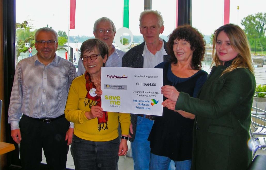 Spendenübergabe der Sammlung beim Internationalen Bodensee-Friedensweg am Ostermontag für lokale Flüchtlingsorganisationen